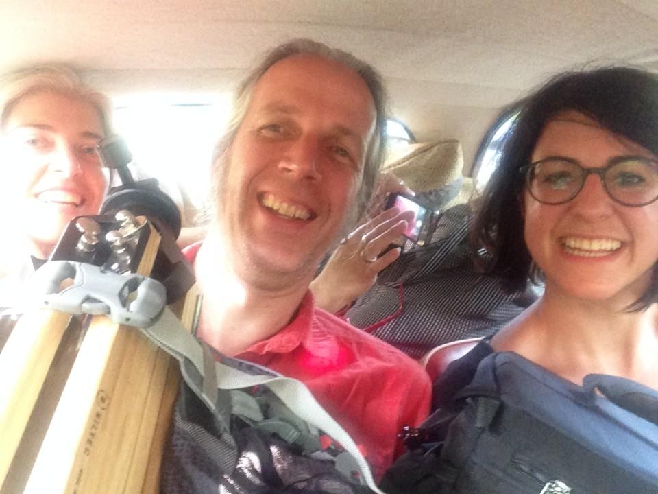 Drei Personen und Kameraausrüstung im Goggo