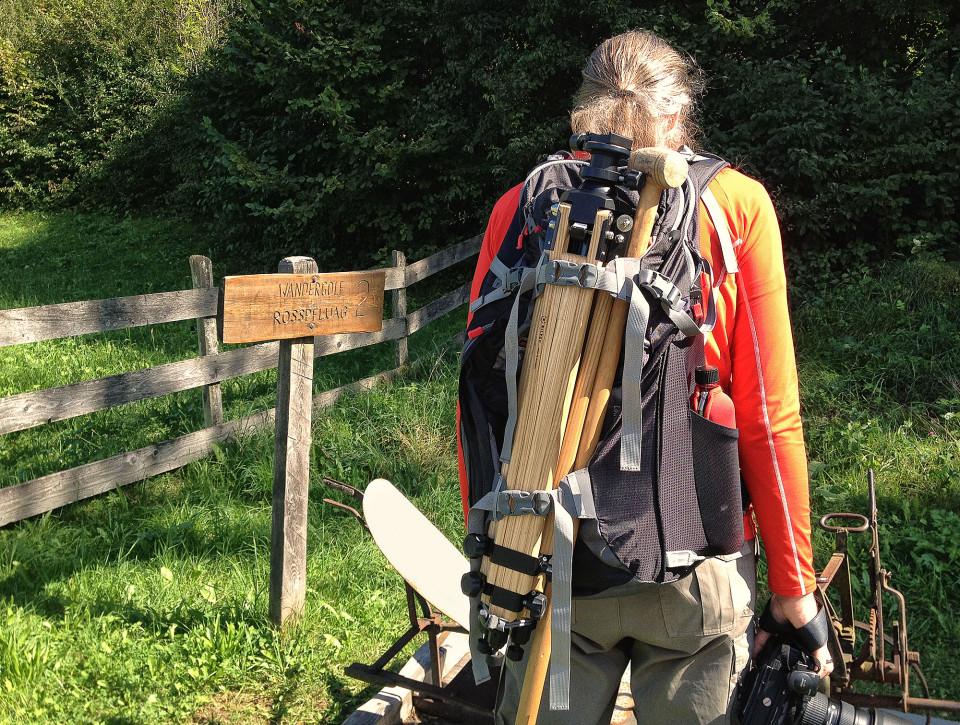 Wandergolf - Holzschläger passt perfekt zum Fotorucksack