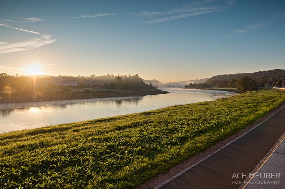Sonnenaufgang über der Elbe bei Meißen