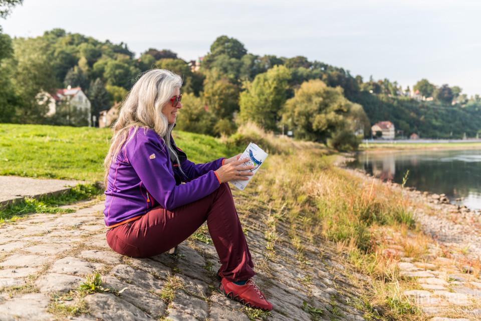 Monika ließt Fahrpläne an der Elbe