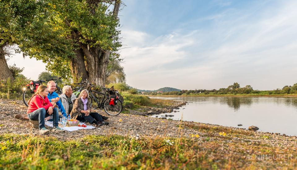 Picknick am Ufer der Elbe