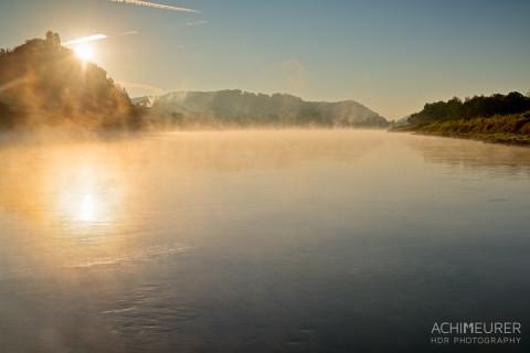 Sonnenaufgang mit Nebel über der Elbe