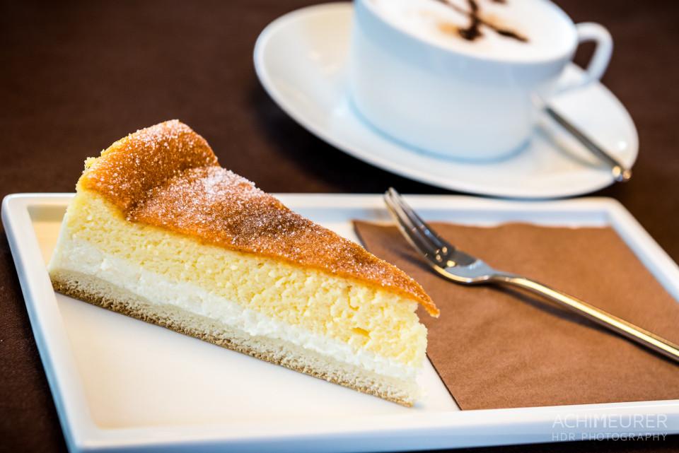 Sächsische Kuchen-Spezialität: Eierschecke mit einer Tasse Kaffee