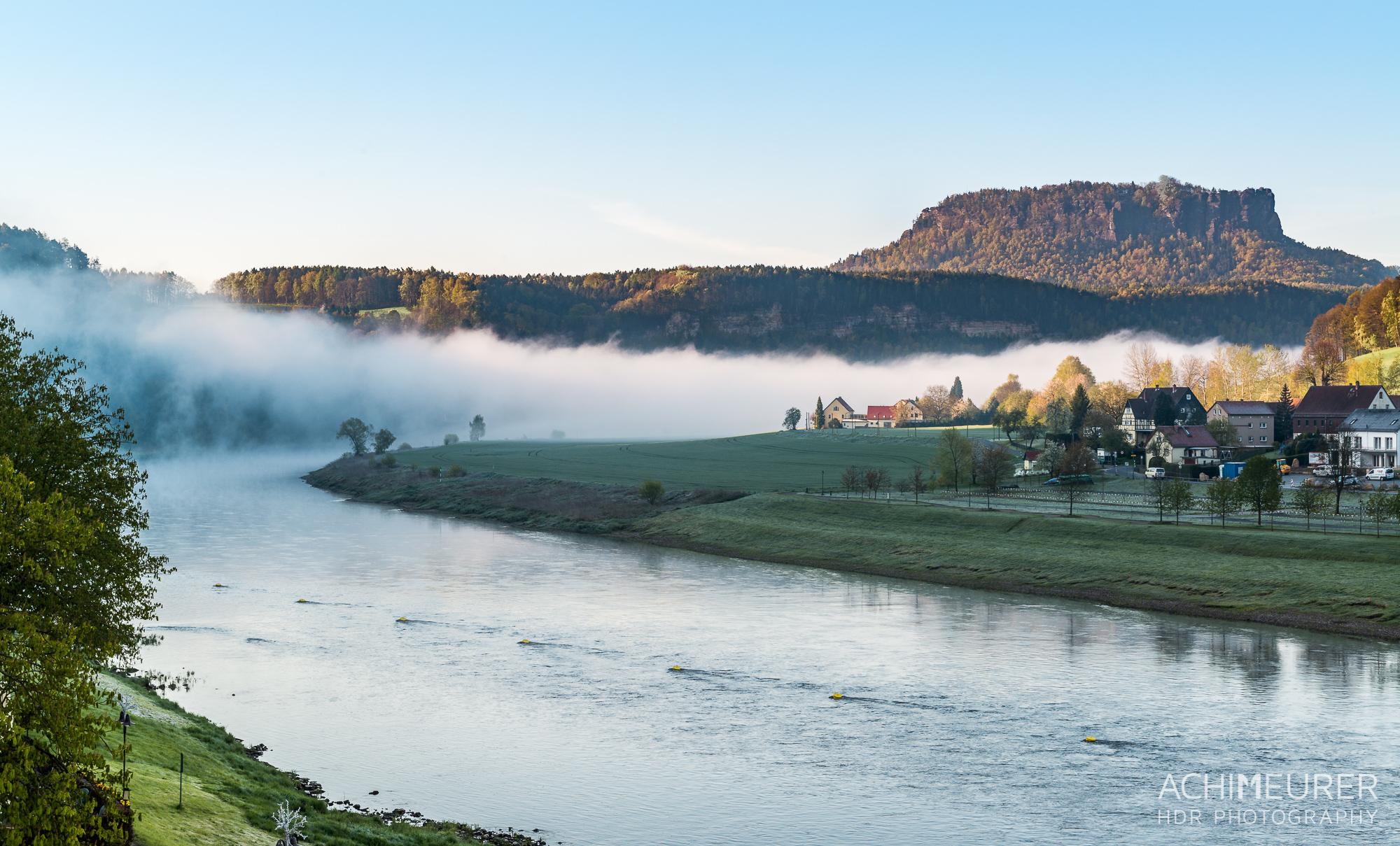 Saechsische-Schweiz-Rathen-Sonnenaufgang-Nebel-Elbe_9392