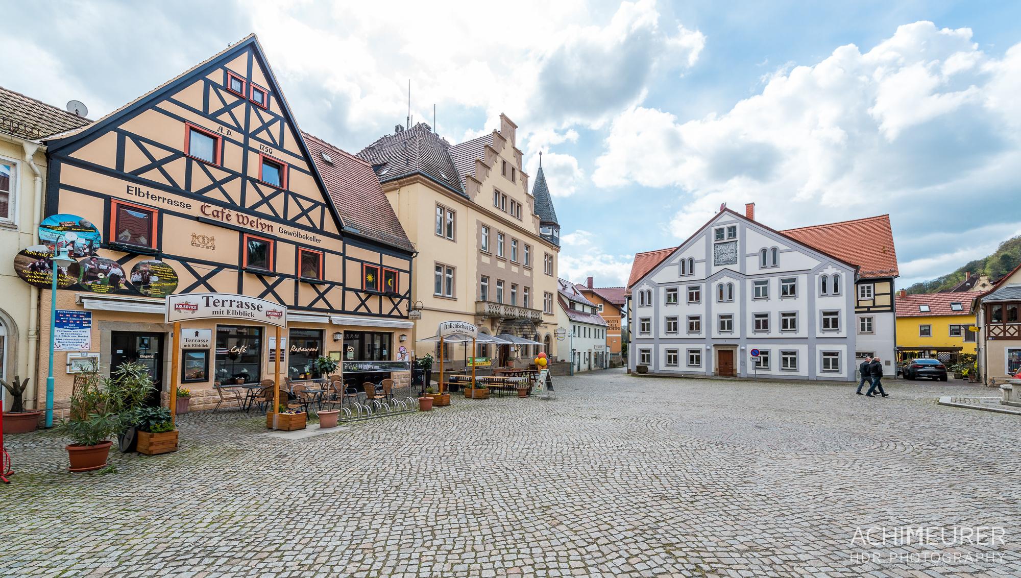 Saechsische-Schweiz-Stadt-Wehlen-Radfahrer-Kirche_9030