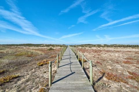 Der Wanderweg über einen Holzsteg an der Küste von Porto in Portugal by AchimMeurer.com .