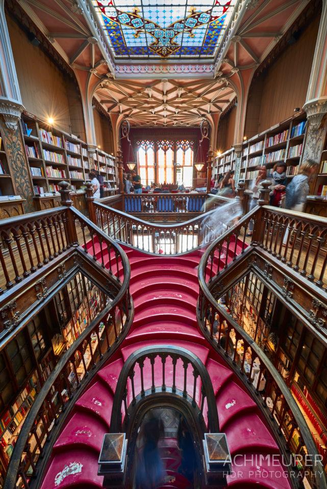 Die Buchhandlung Lello in Porto in Portugal, Inspiration für J.K. Rowling für Harry Potter by AchimMeurer.com .