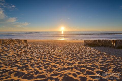 Sonnenuntergang an der Küste von Porto in Portugal by Array.