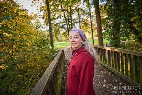 Monika im Park im Herbst in Wolfenbüttel by AchimMeurer.com .