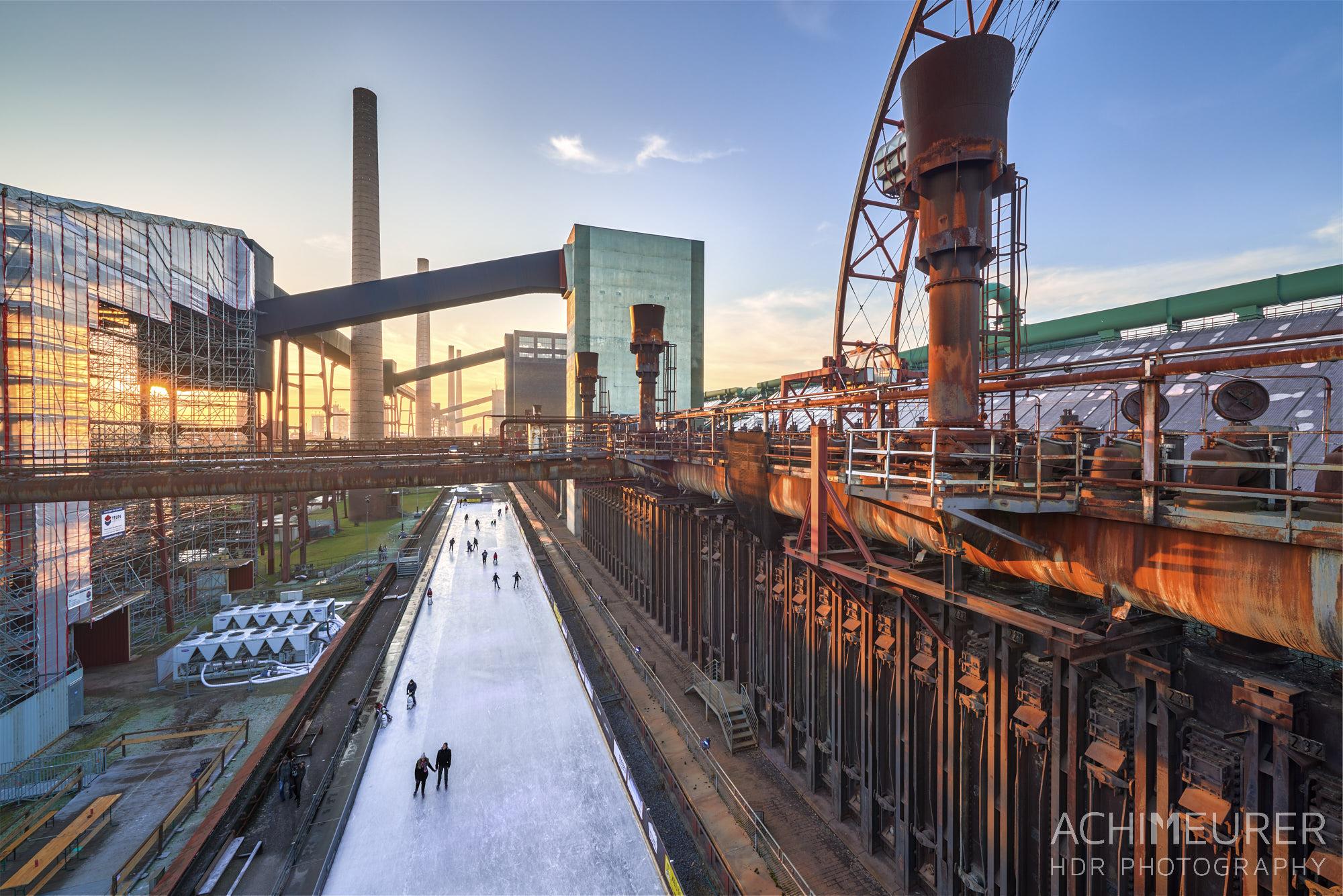 Sonnenuntergang über der alten Kokerei Zeche Zollverein in Essen im Ruhrgebiet by Array.