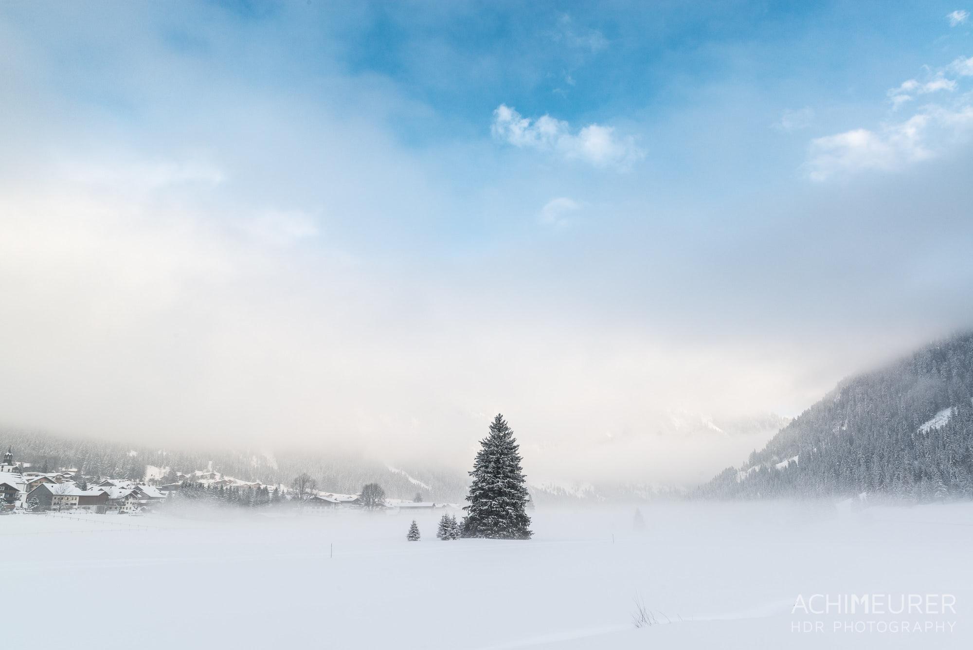 Mystische Stimmung im Tannheimertal in Tirol, Österreich by Array.