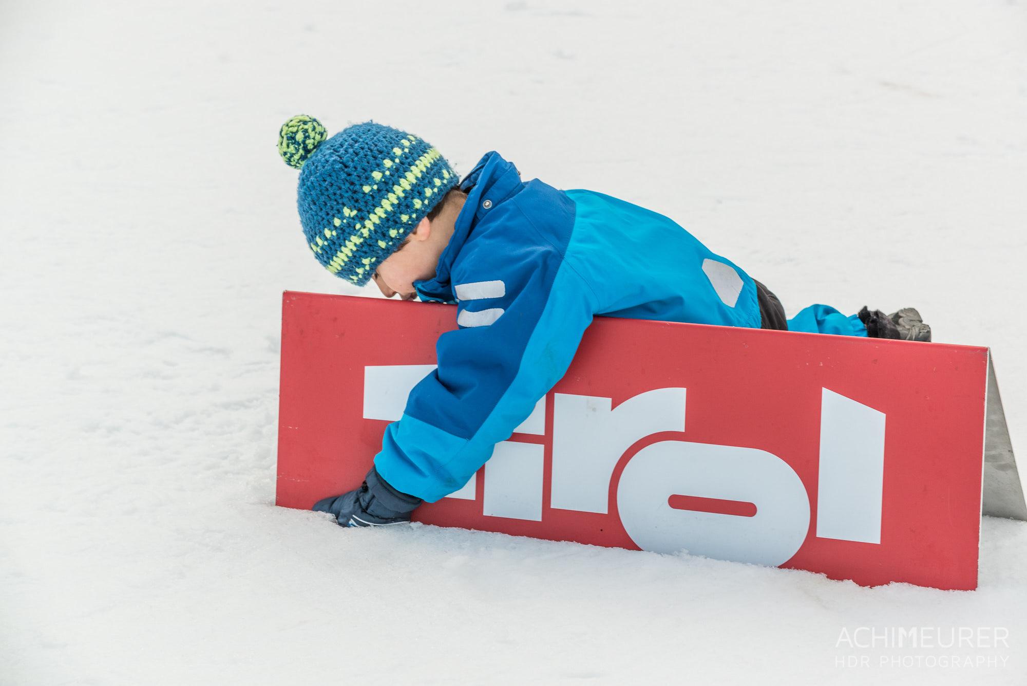 Ich liebe Tirol - ein kleiner Junge während des Skitrails 2016 im Tannheimertal in Tirol, Österreich by Array.