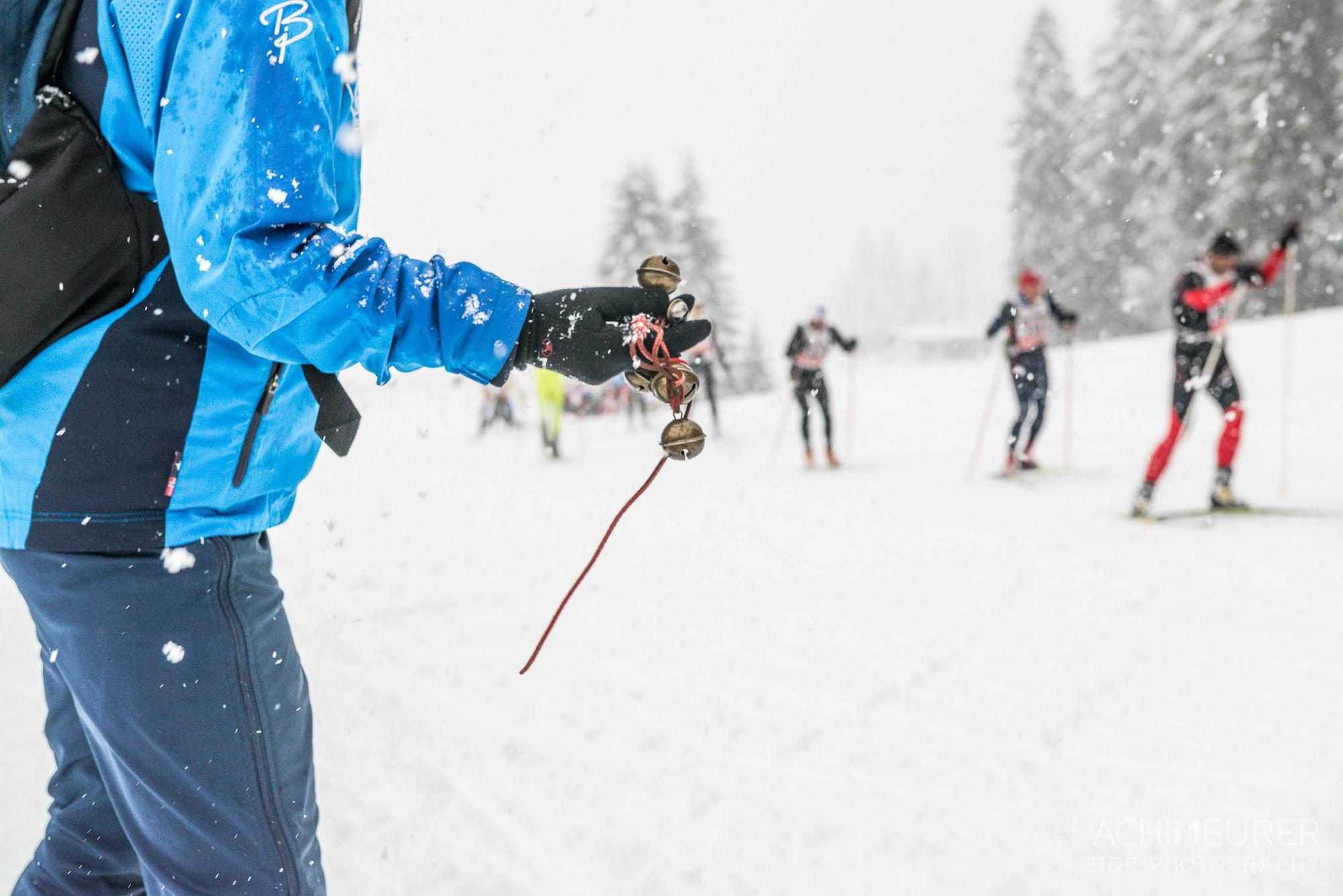 Ein Fan feuert trotz schwierigen Wetterverhältnissen seine Skifahrer an. by Array.
