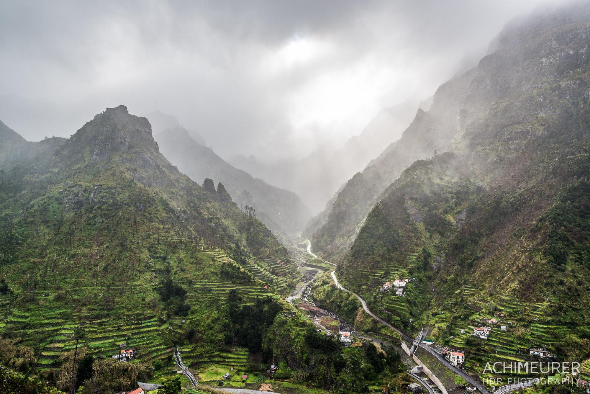 Die Sonne bricht sich ihren Weg durch die Regenwolken auf Madeira by Array.