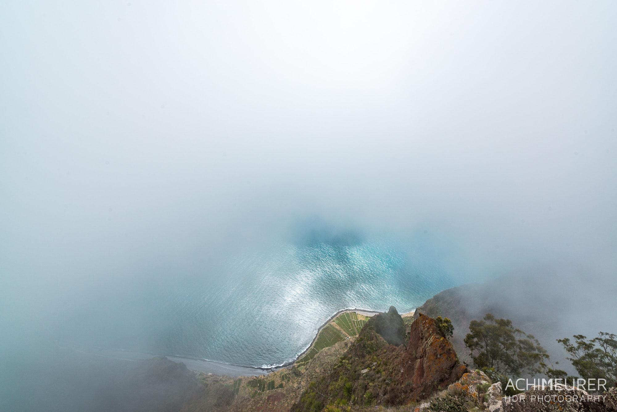 Ein Wolkenloch lässt uns auf die Küste hinunter schauen - Madeira by Array.