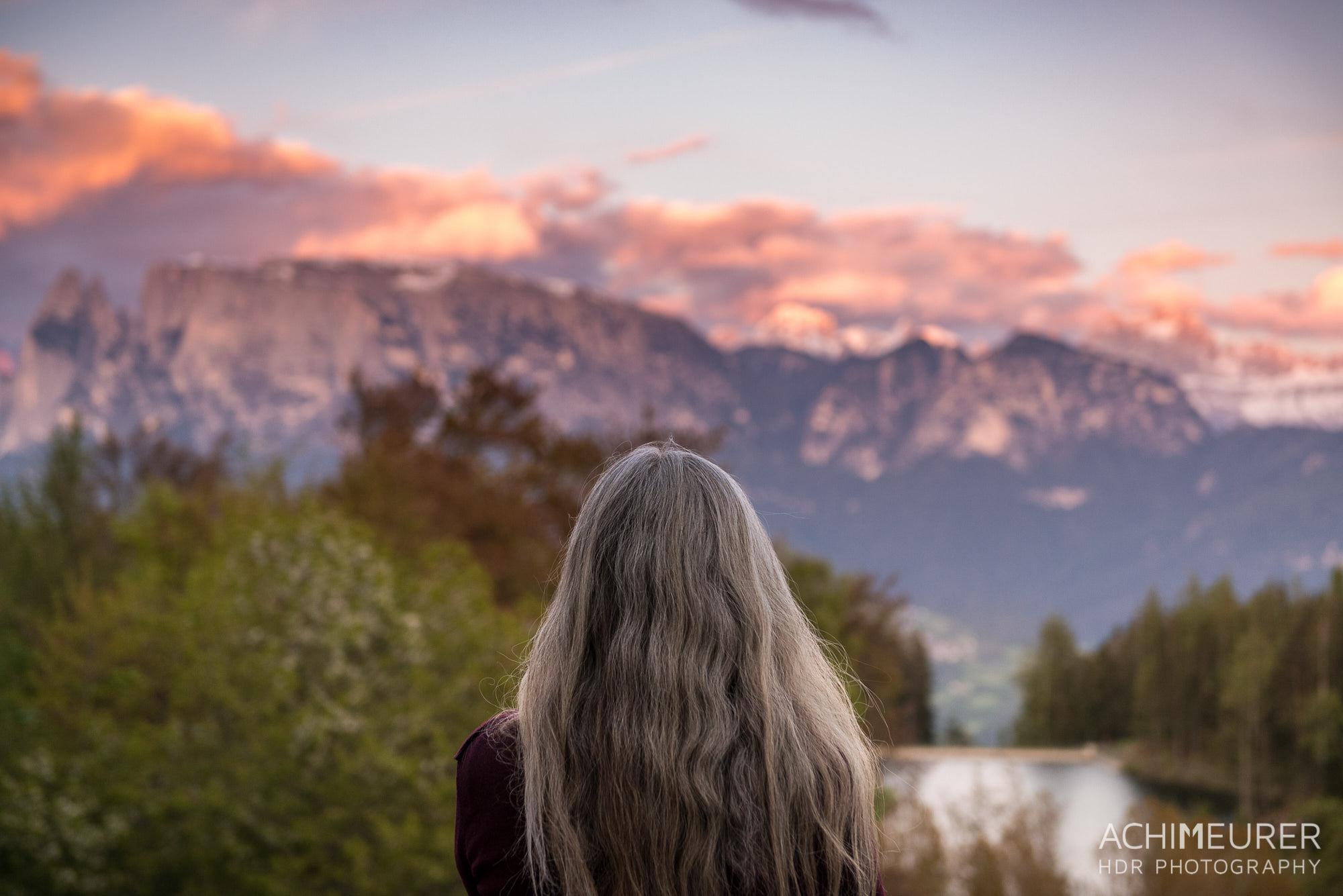 Monika schaut auf den glühenden Rosengarten, Ritten, Südtirol, Italien by Array.