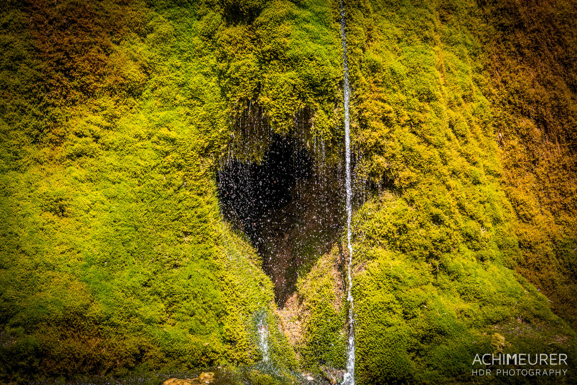 Ein vermoster Wasserfall in der Eifel by Array.