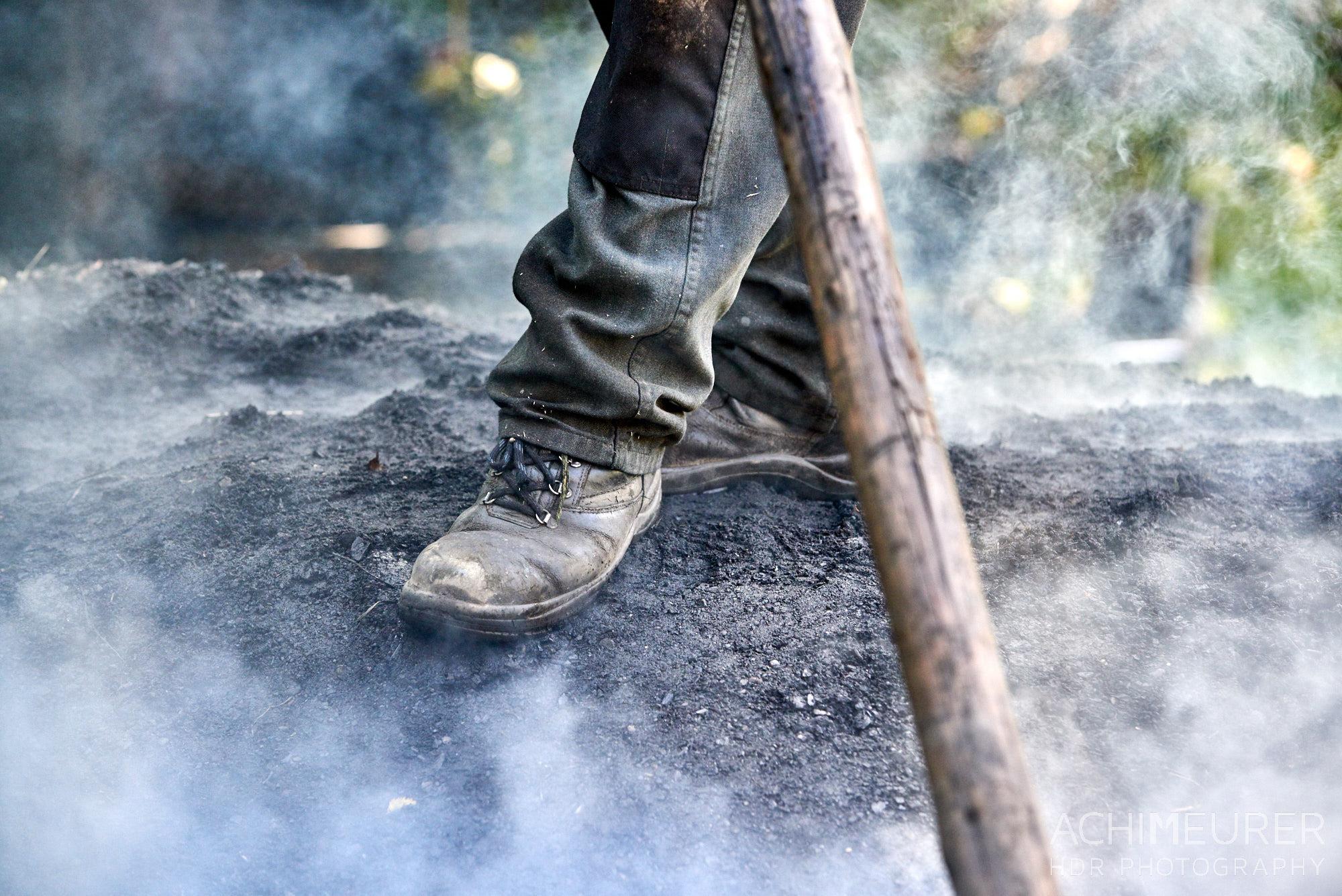 Ein Köhler während der Arbeit by Array.