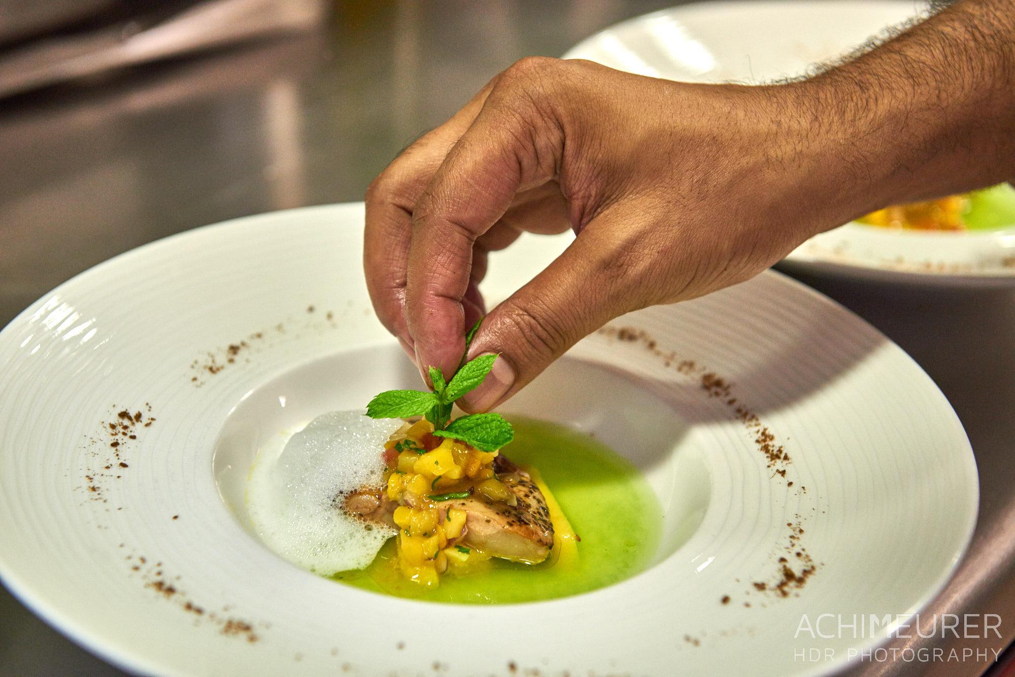 Der letzte Handgriff in der Küche für ein Essen by Array.