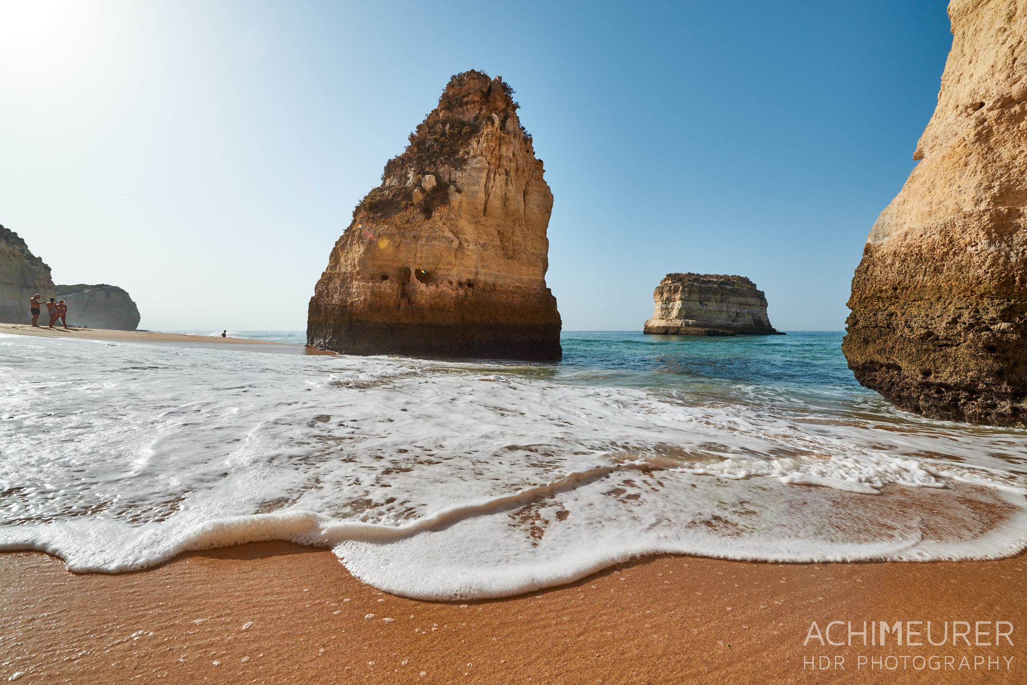 Strand an der Algarve in Portugal by Array.