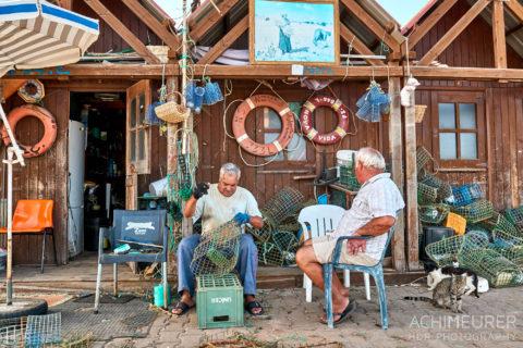 Zwei Fischer in einem Fischerdorf Santa Luzia an der Algarve in Portugal by Array.