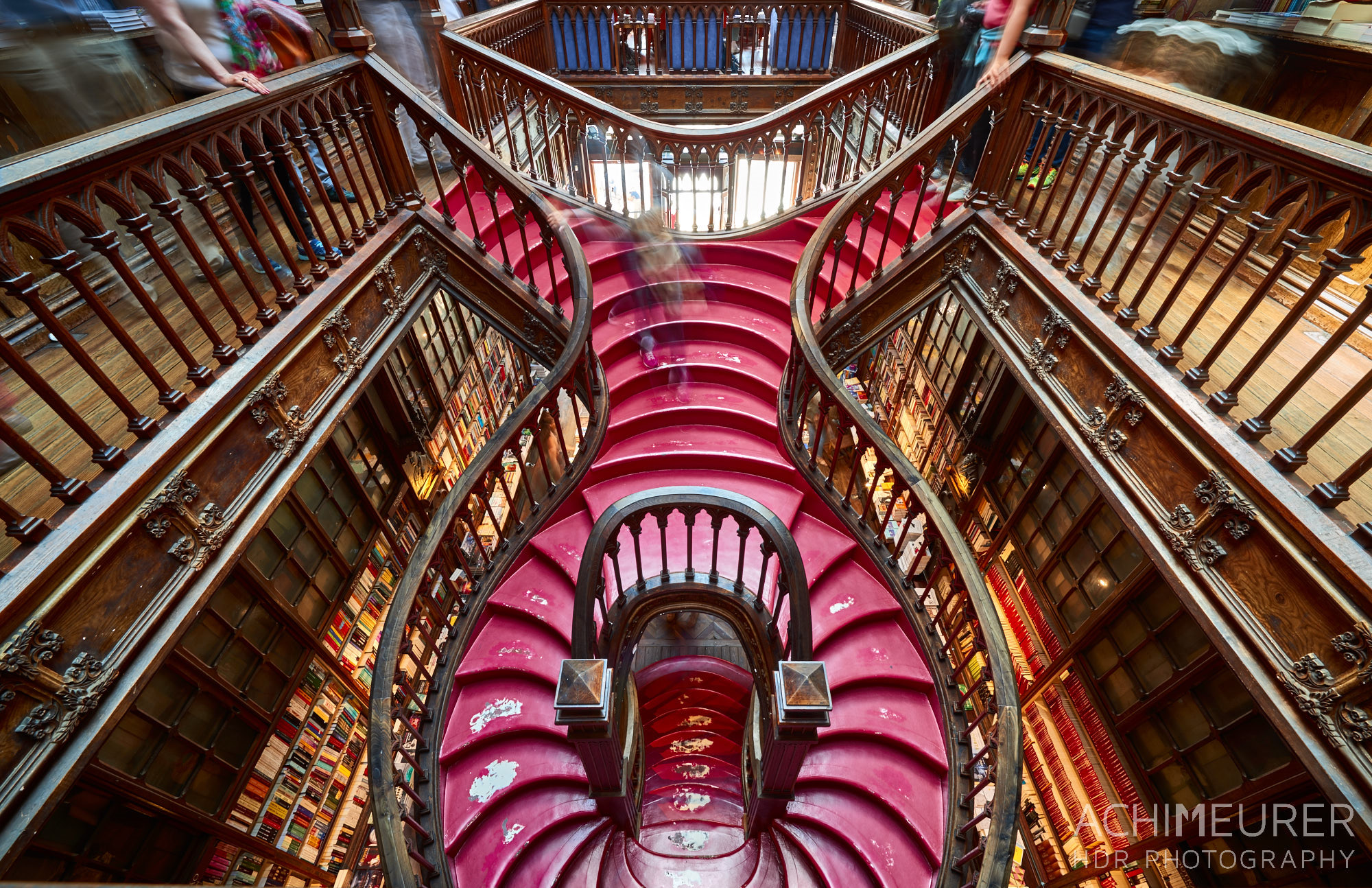 Die Buchhandlung Lello in Porto in Portugal, Inspiration für J.K. Rowling für Harry Potter by Array.
