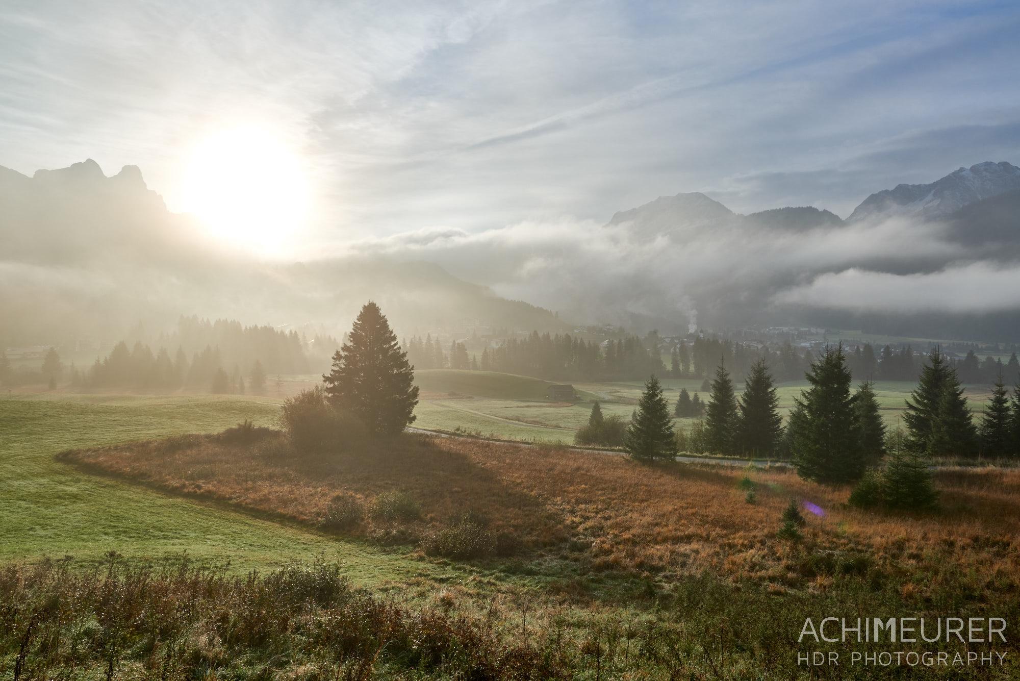 Morgennebel im Tannheimertal, Tirol, Österreich by Array.
