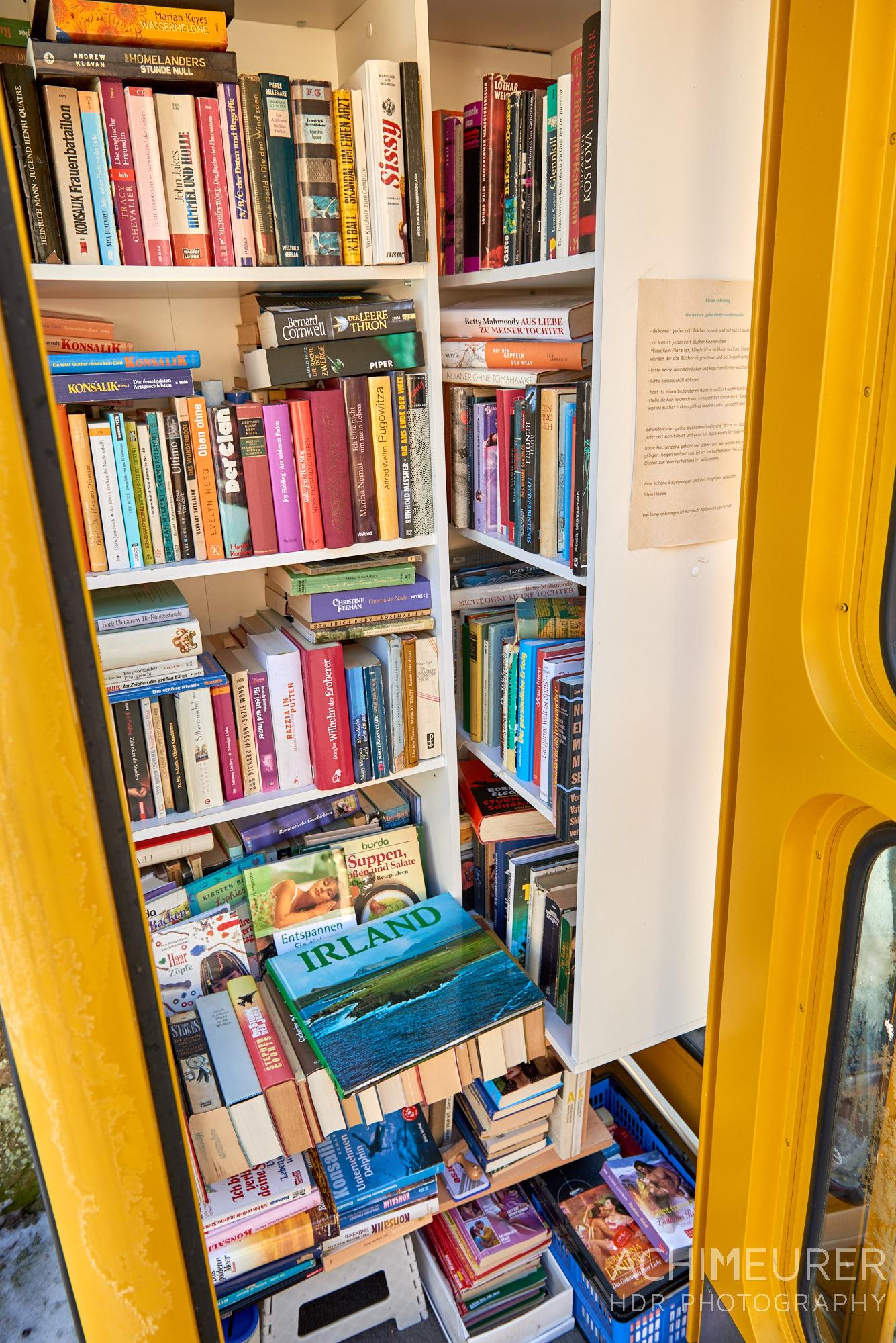 Öffentlicher Bücherschrank in einer alten Telefonzelle by AchimMeurer.com                     .
