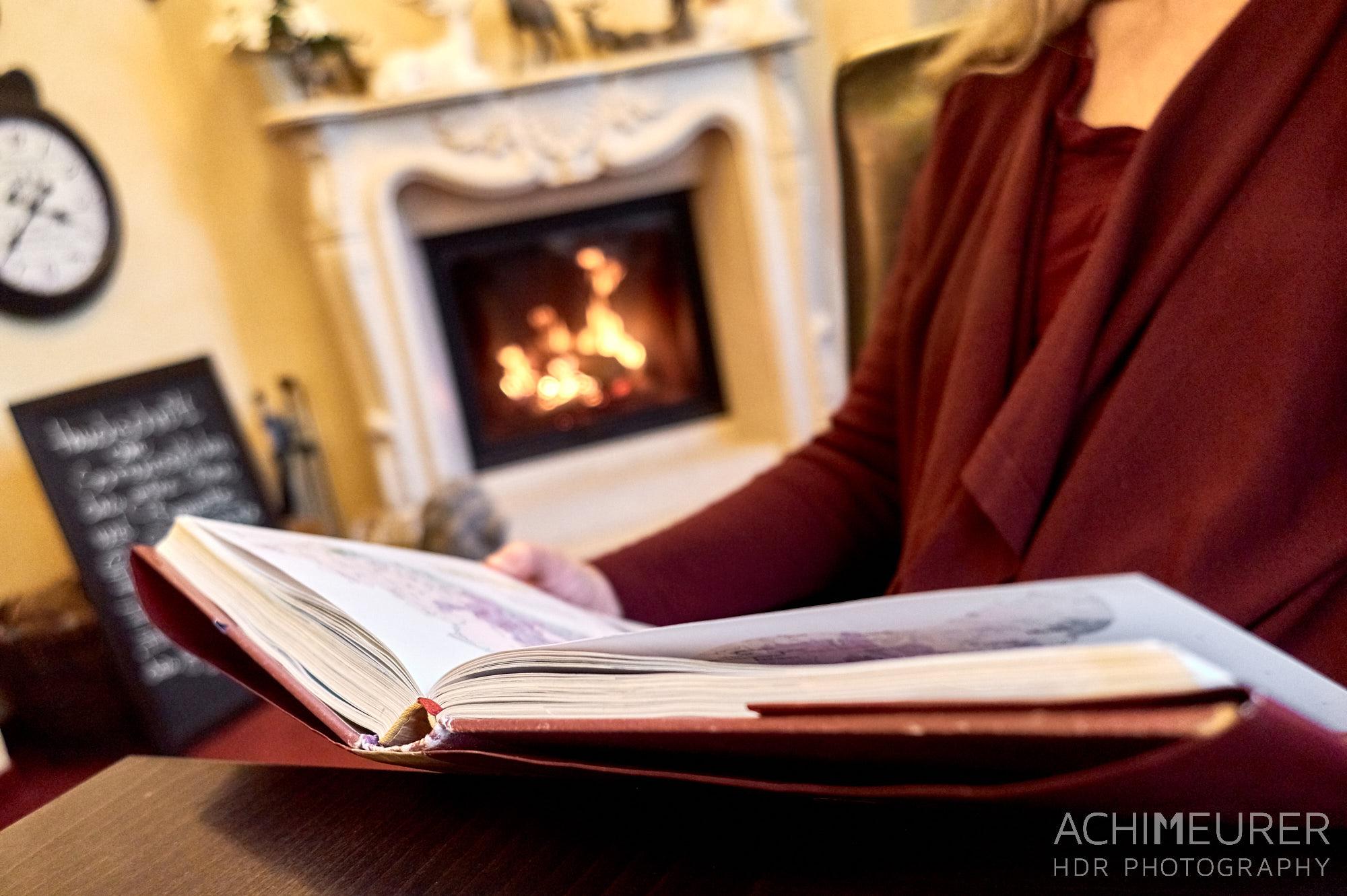Lesen und Entspannen im Cafe Schmole in Pirna by Achim Meurer.