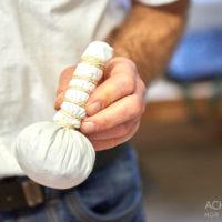 Herstellung eines Kräuter-Massage-Stempel in der Naturheilpraxis im Biohotel Helvetia by AchimMeurer.com                     .