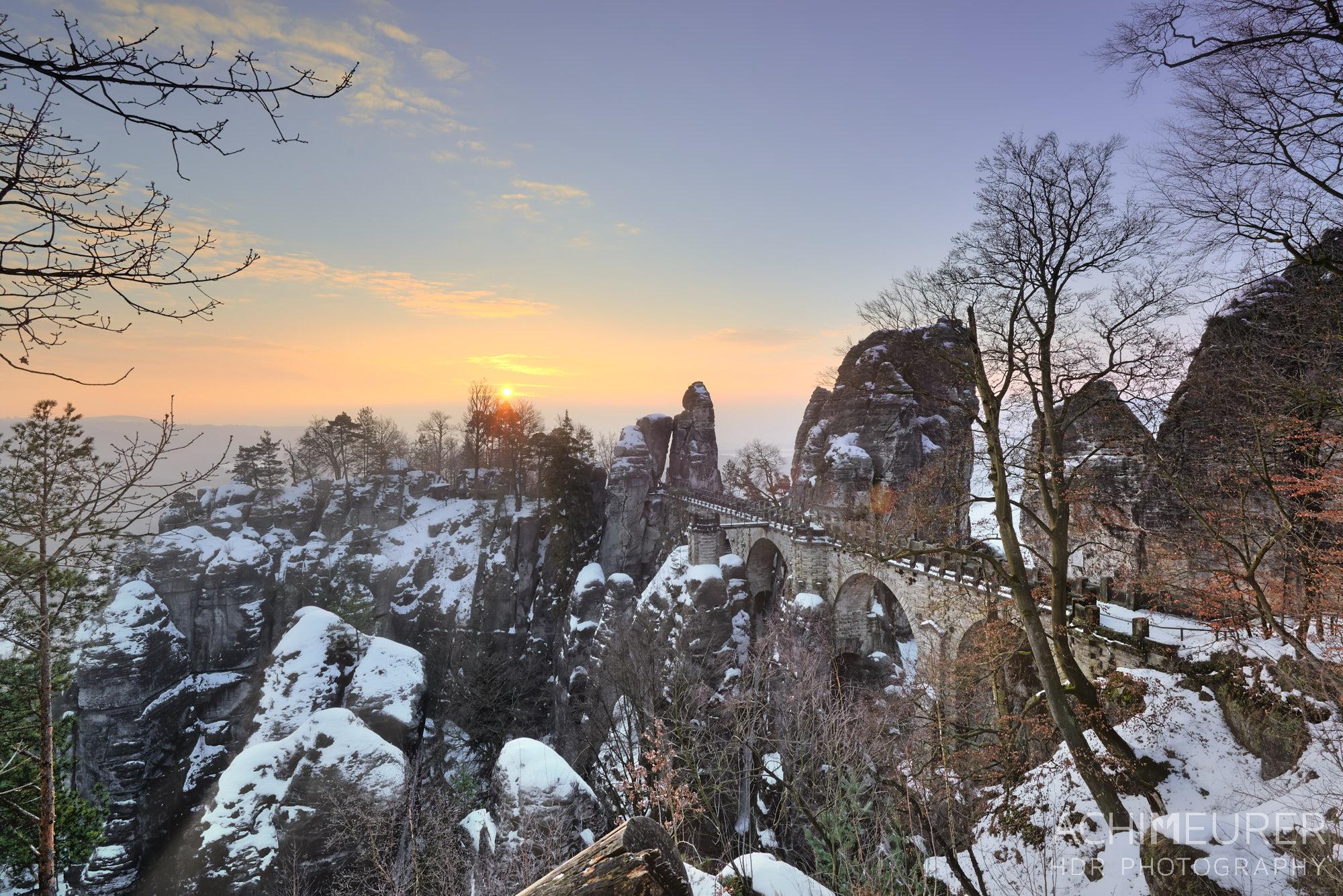 Sonnenaufgang über der Bastei Brücke im Winter by Array.