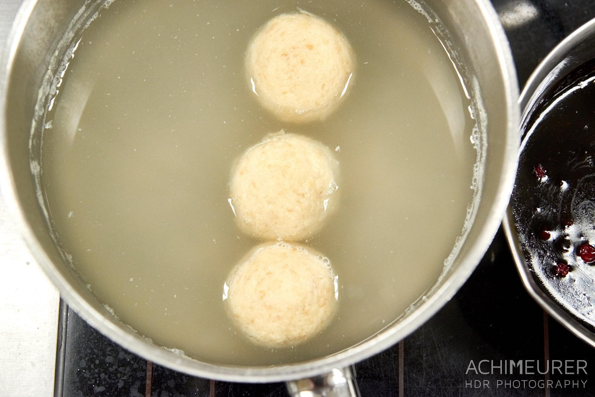 Wie macht man einen Rehrücken mit Topfenknödel, Eierschwammerl und glasierte Birnen, Sonnehof Grän, Tannheimertal, Tirol, Österreich by AchimMeurer.com                     .