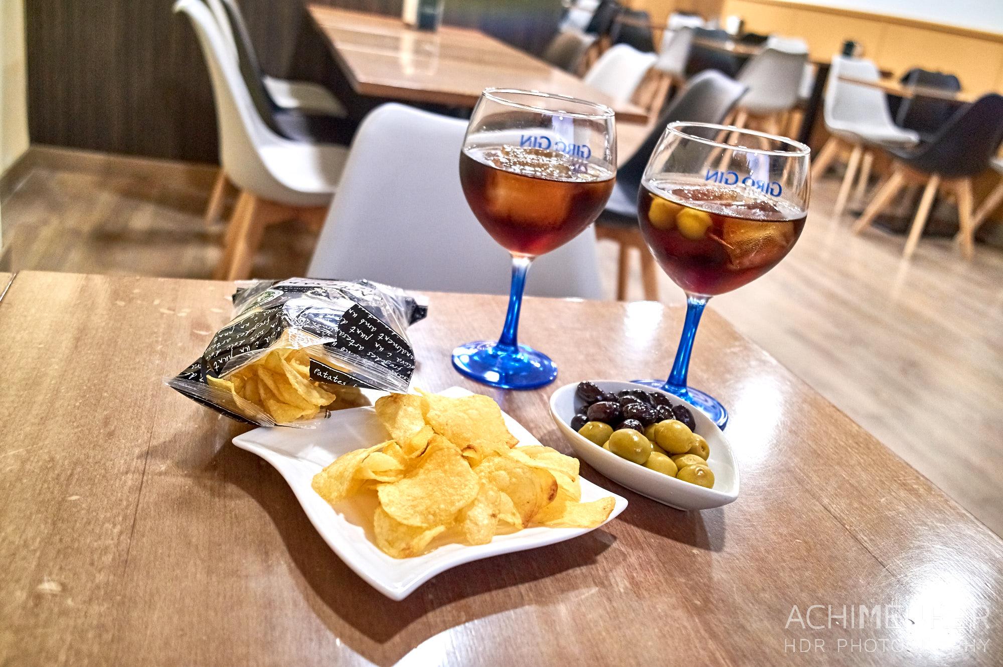 Klassisch in Katalonien: Vermuth, mit Chips und Oliven by Achim Meurer.