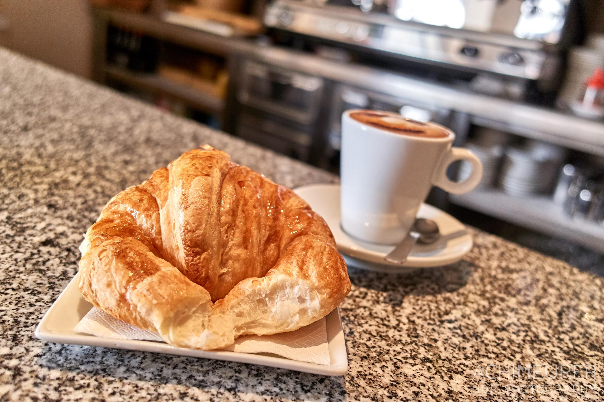 Typisches Frühstück in Katalonien, Croissant und Cafe Cortado by Achim Meurer.