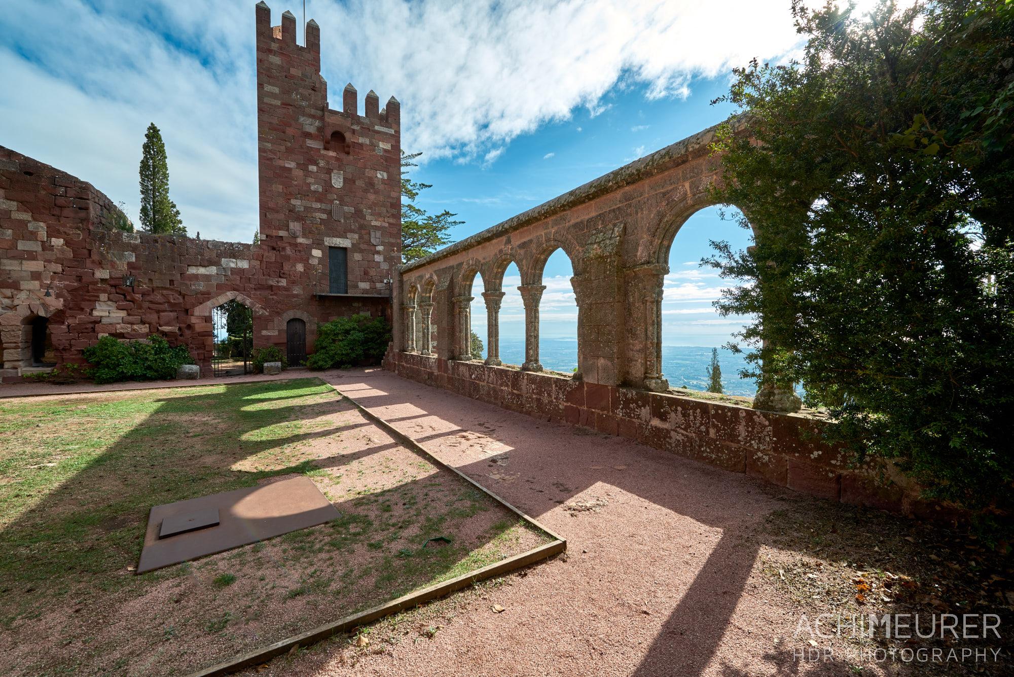 Kloster Castillo Monasterio de Escornalbou, Katalonien, Spanien by Array.