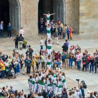 Die berühmten katalonischen Menschentürme auf dem Vorplatz zum Kloster in Montserrat by Achim Meurer                        .