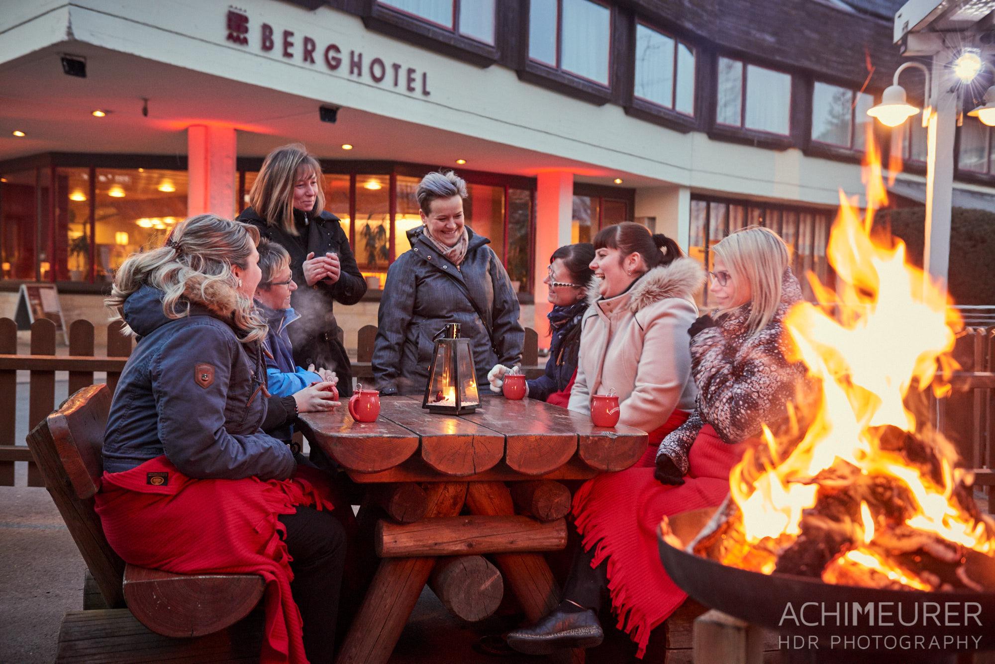 Feuerschale und Glühwein vor dem Basteihotel, Sächsische Schweiz by AchimMeurer.com.