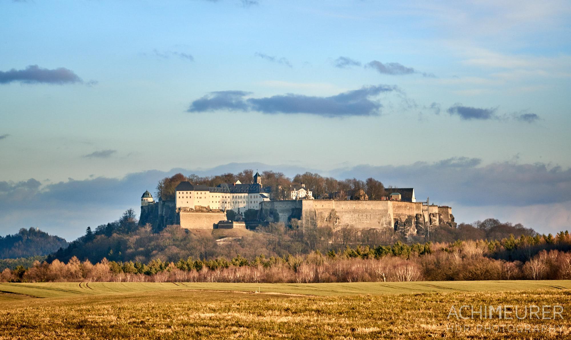 Die Festung Königstein im Sonnenuntergang im Winter ohne Schnee, Sächsische Schweiz by AchimMeurer.com.