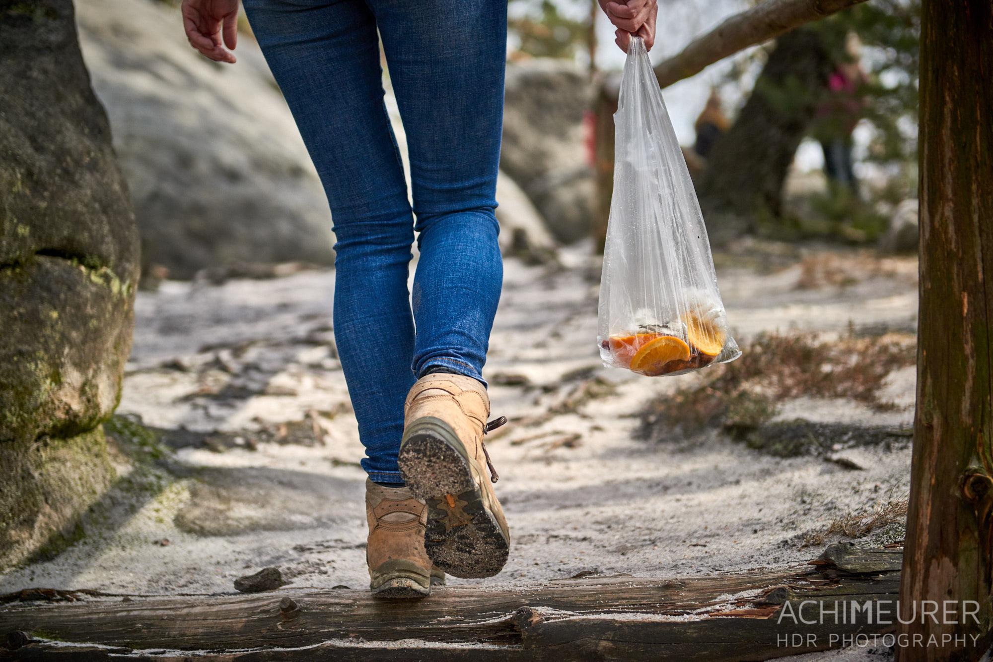 Müllsammeln auf einer Wanderung durch die Sächsische Schweiz by AchimMeurer.com.