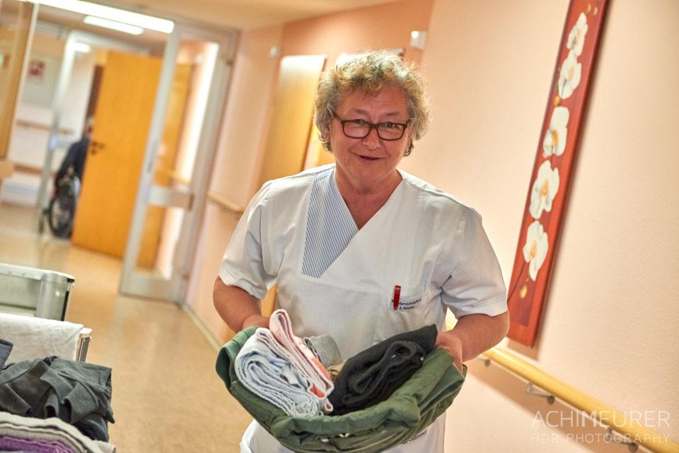 Eine Pflegerin bringt frisch gewaschene Wäsche eines Bewohners Schernau-2018_5375 by AchimMeurer.com.