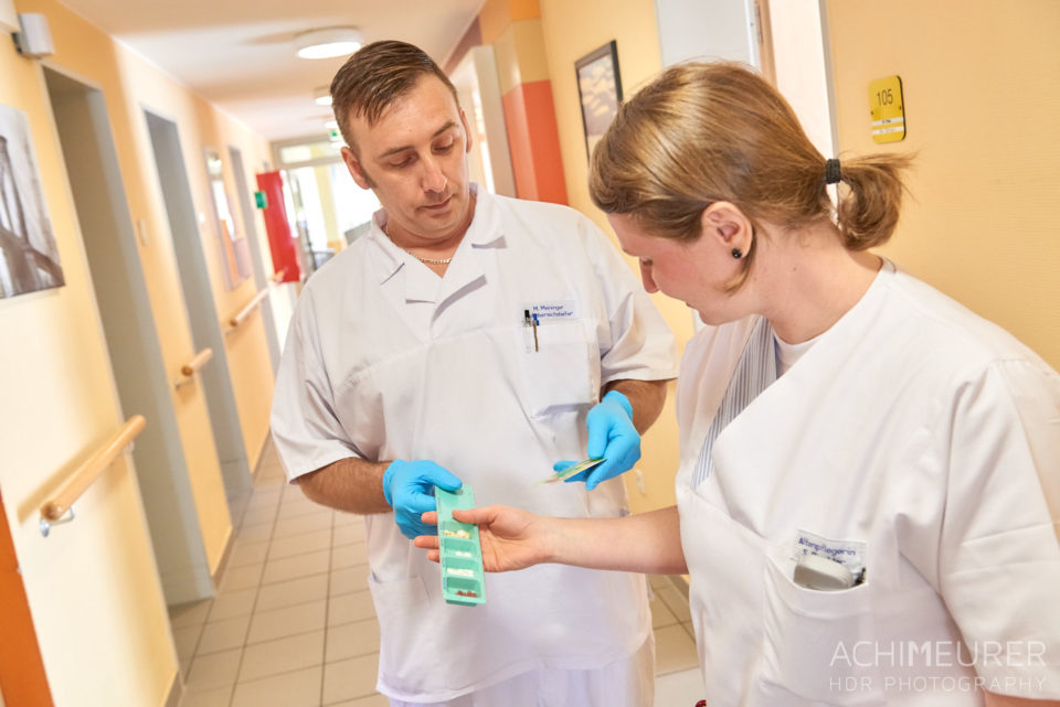 Ein Pfleger und eine Pflegerin sprechen über Medikation. Schernau-2018_5759 by AchimMeurer.com.