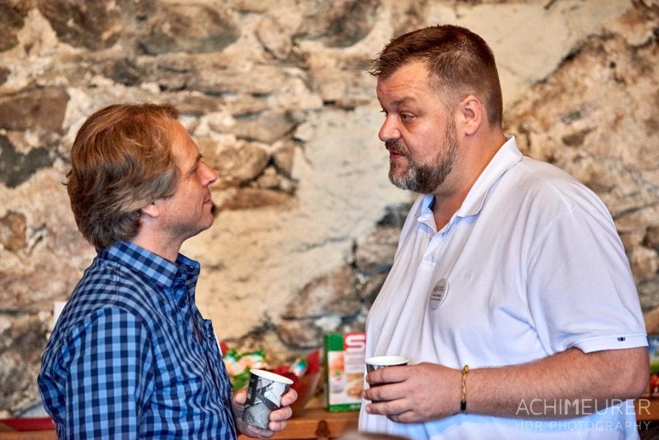 Zwei männliche Barcampteilnehmer unterhalten sich