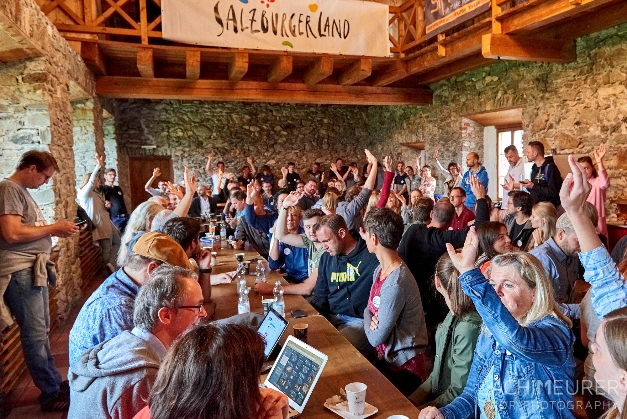 Barcampteilnehmer im Rittersaal der Burg Kaprun