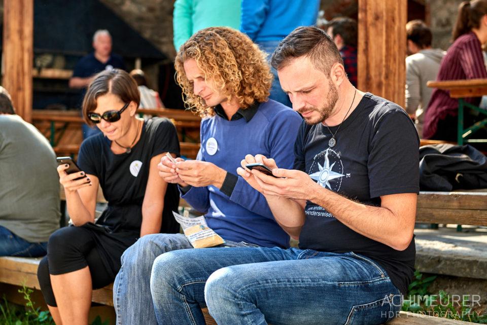 Barcampteilnehmer mit dem Smartphone