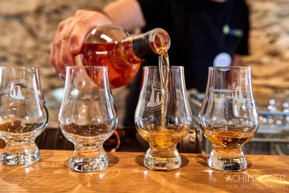 Whisky wird in ein Glas eingeschenkt beim Castlecamp