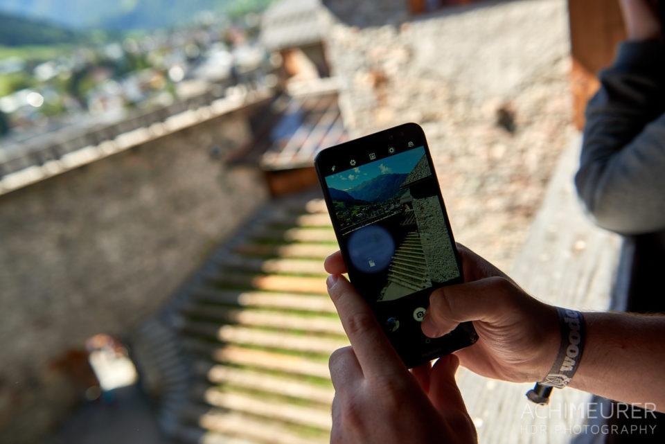 Jeman macht ein Foto mit dem Smartphone