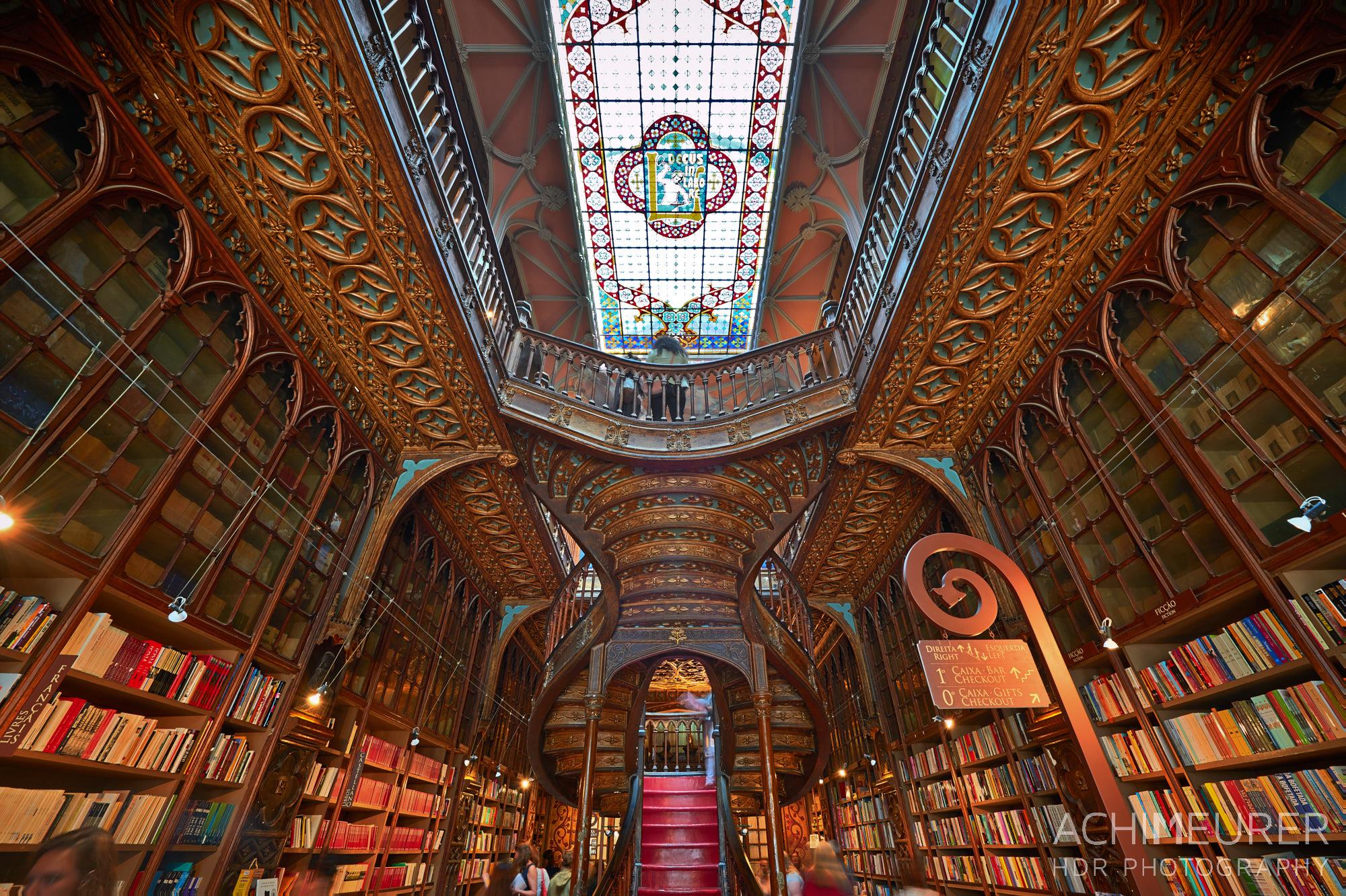 Die Buchhandlung Lello in Porto in Portugal, Inspiration für J.K. Rowling für Harry Potter by Array.