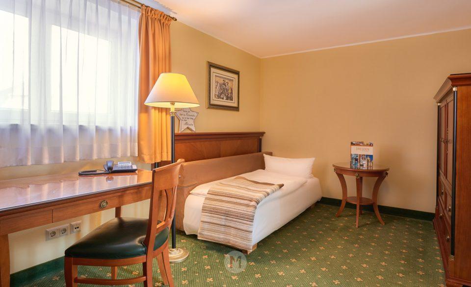 Hotel Residenz am Schloss Dresden, Sachsen, Deutschland by ACHIM MEURER.