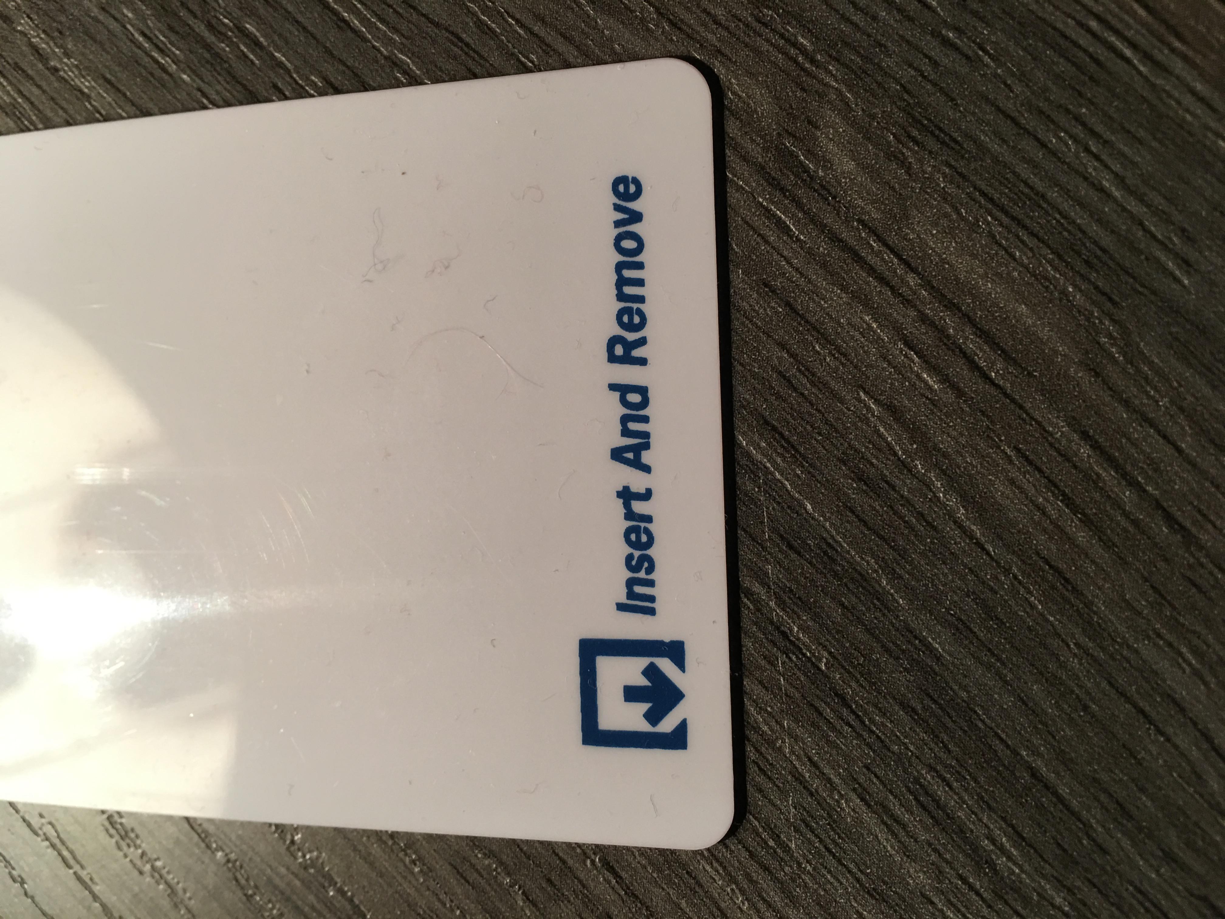 """Eine Hotelschlüsselkarte mit der Aufschrift """"Insert and Remove"""""""