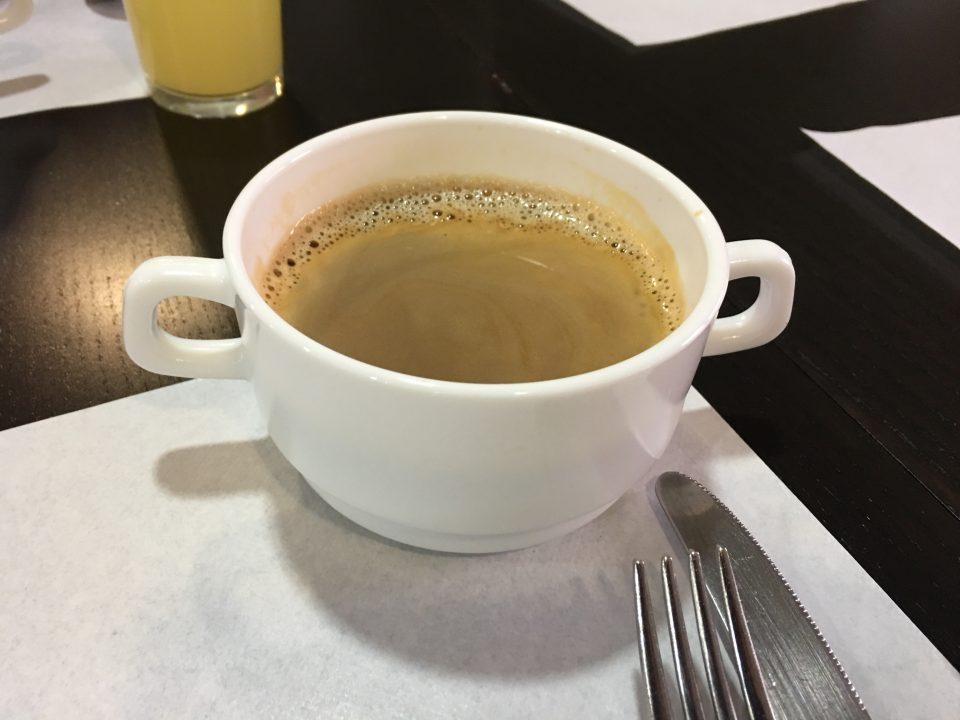 Kaffee in einer Suppentasse